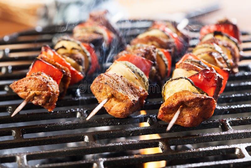 Grigliare shashlik sulla griglia del barbecue immagini stock