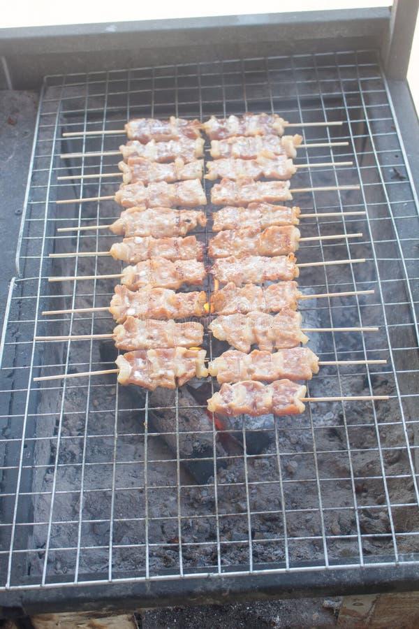 Grigliare shashlik sulla griglia del barbecue Fuoco selettivo fotografie stock
