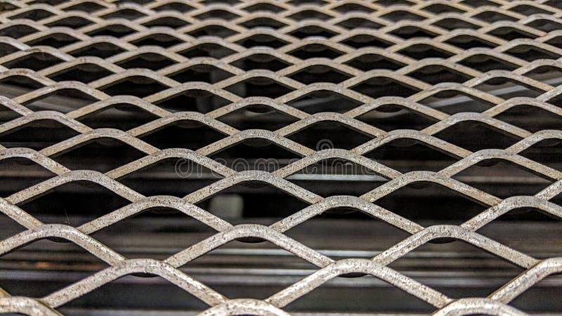 Griglie del metallo con un fondo scuro illustrazione vettoriale