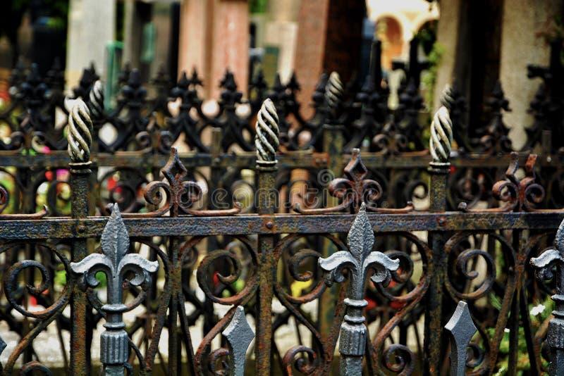 Griglie ornamentali nel cimitero fotografie stock