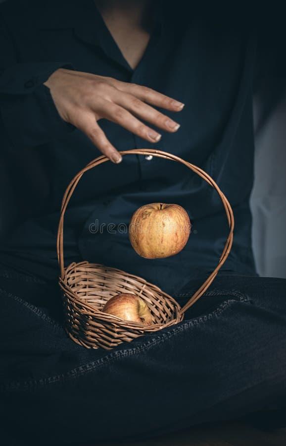 Grijp de dalende appel stock afbeelding