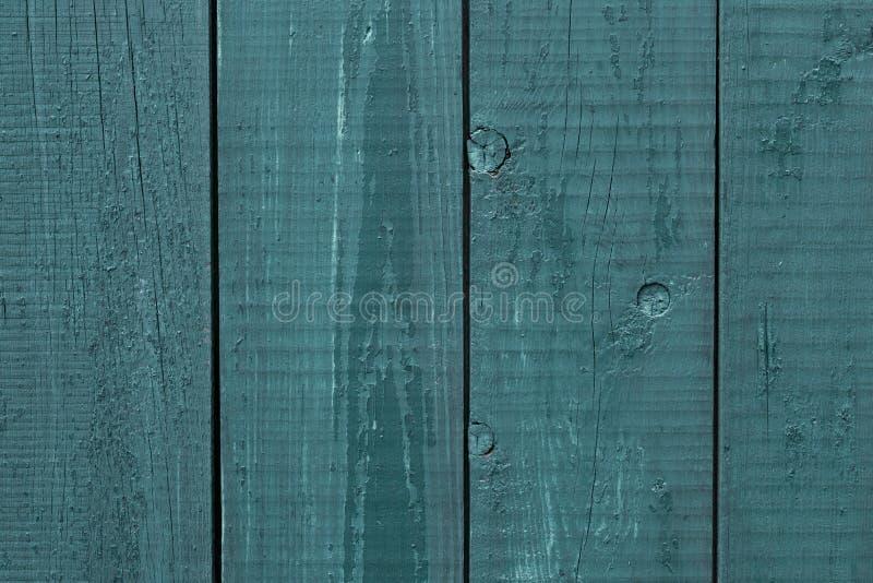 Grijs-blauw houten omheinings ruw hout Houten omheining gebarsten verf Ruw houten raad geschilderd grijs-blauw Houten textuuracht stock foto