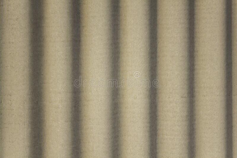 Grijs concreet schild met golvende hulp en schaduwen Verticale lijnen Ruwe Oppervlaktetextuur stock afbeelding
