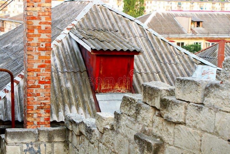 Grijs dak met het venster van de zolder stock fotografie