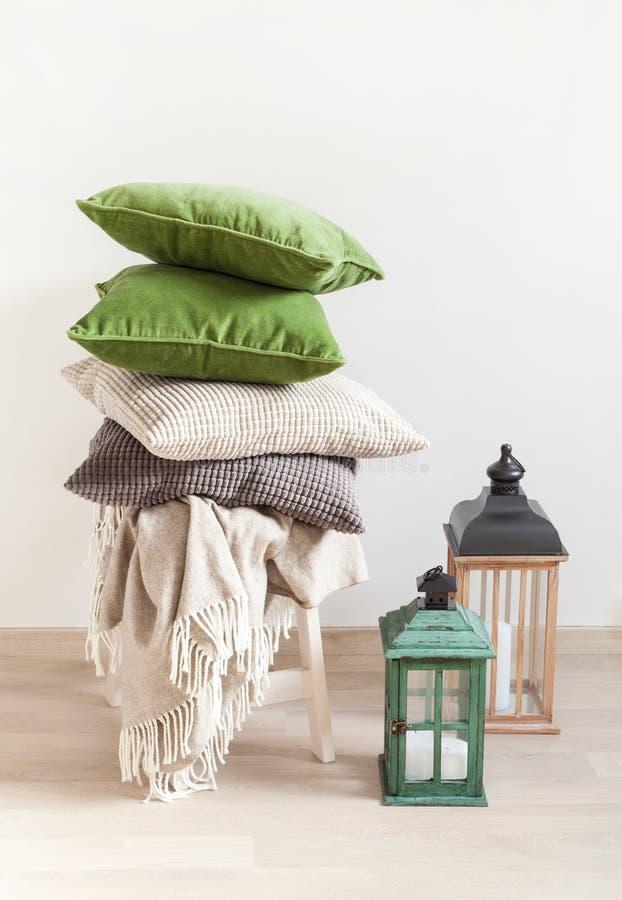 Grijs en groen kussens comfortabel huis royalty-vrije stock fotografie