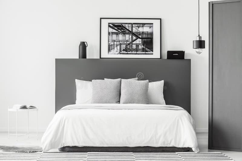 Grijs en wit slaapkamerbinnenland royalty-vrije stock foto