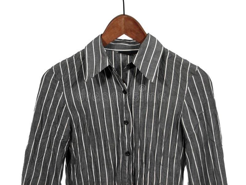 Grijs gestreept overhemd op houten geïsoleerdee hanger, stock foto