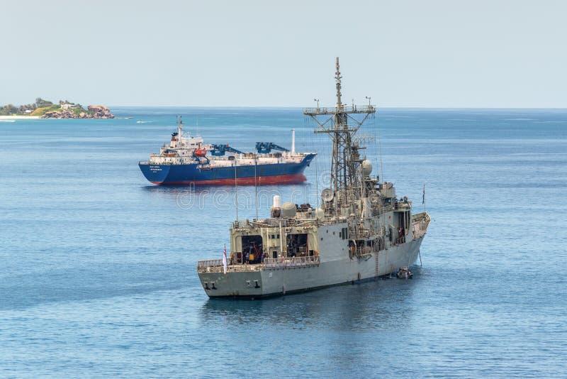 Grijs modern fregat van de Koninklijke Australische die Marine in wordt verankerd royalty-vrije stock afbeeldingen