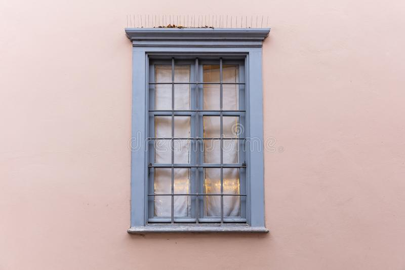 Grijs ouderwets houten venster op roze pastelkleurmuur, oude stad Plaka, Athene Griekenland royalty-vrije stock foto's