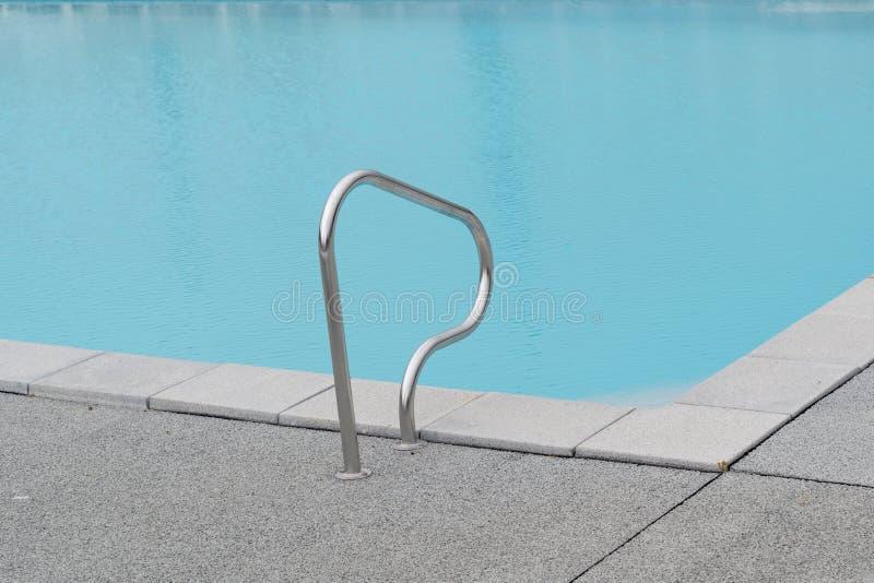 Grijs van het het watermetaal van het rand zwembad blauw de handtraliewerk royalty-vrije stock afbeeldingen