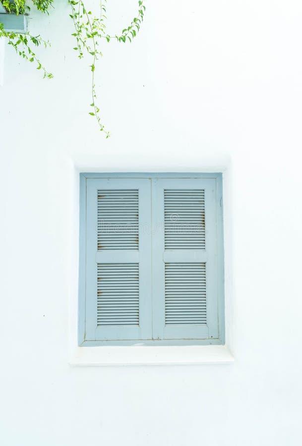 grijs venster met witte muur stock afbeelding