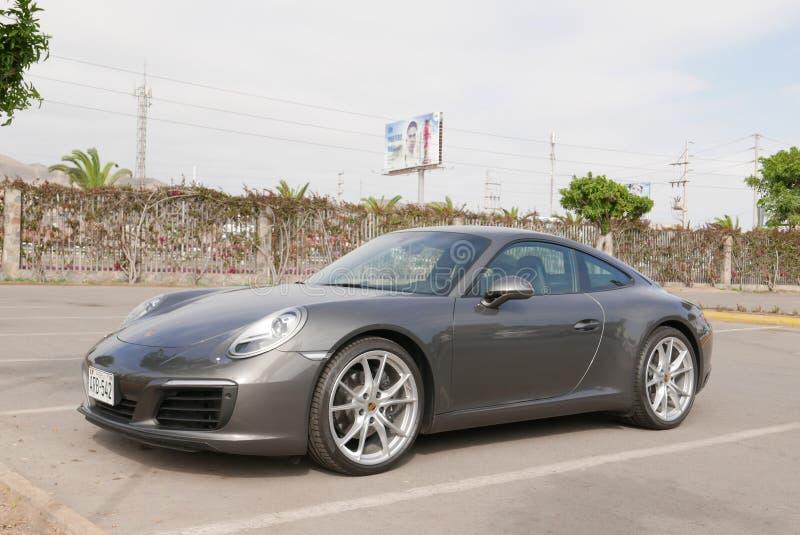 Grijs voor en zijaanzicht Porsche 911 Carrera, Lima stock fotografie