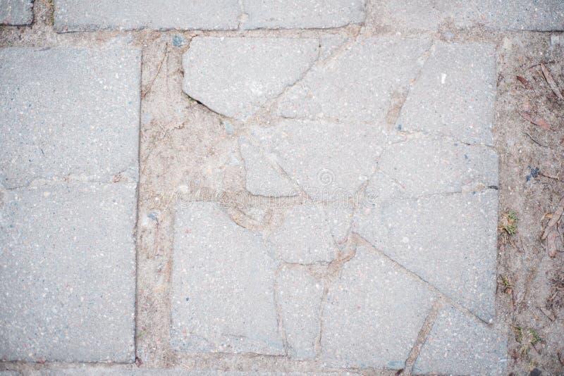 Grijs-witte concrete muurachtergrond, oude textuur, grijze tegelbarst stock afbeelding