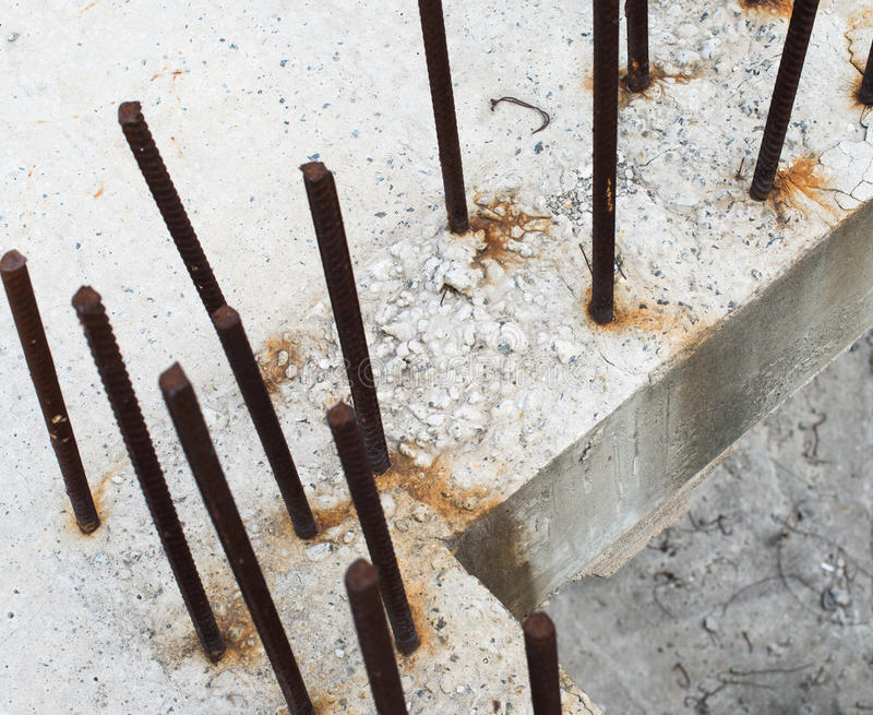 Grijze concrete blokken met betonstalen stock fotografie