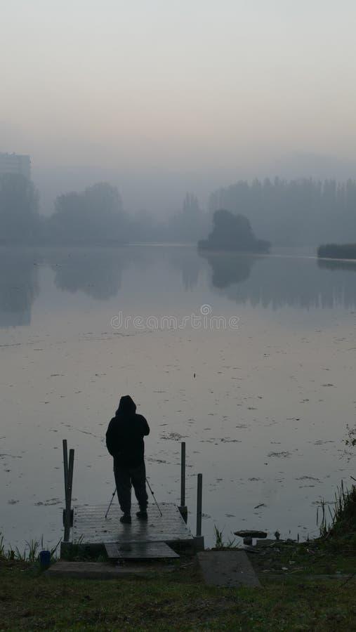 Grijze dageraad Fotograaf die op zonsopgang wachten katowice polen royalty-vrije stock fotografie