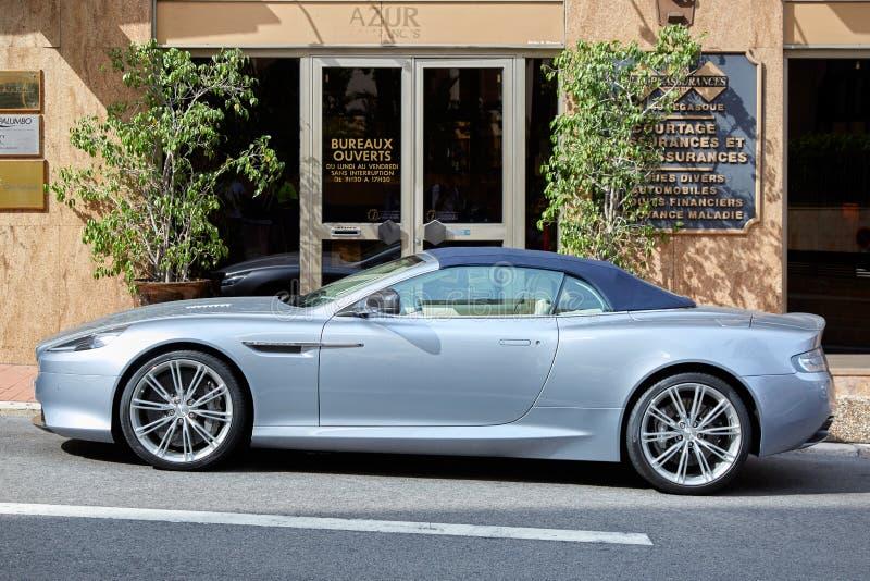 Grijze de luxeauto van Aston Martin binnen in een zonnige de zomerdag in Monte Carlo, Monaco stock foto