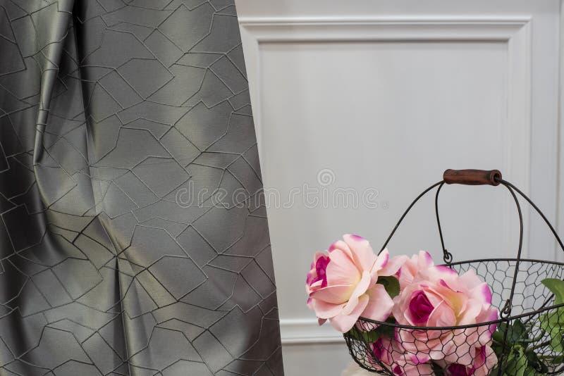 Grijze de stoffensteekproef van het satijngordijn Gordijnen, de stoffering van Tulle en van het meubilair royalty-vrije stock afbeeldingen