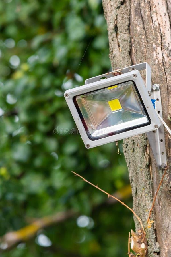 Grijze diodschijnwerper op boom De schijnwerper van de verlichtingsequipment royalty-vrije stock afbeelding