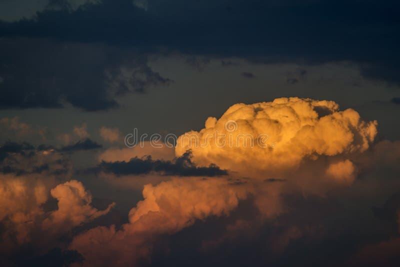Grijze en gele wolken royalty-vrije stock fotografie