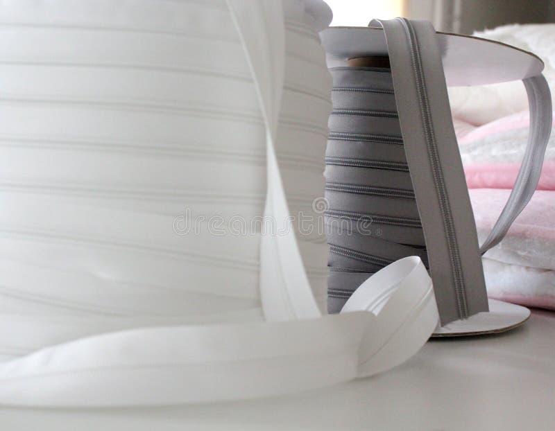 Grijze en grijze ritssluiting voor kleren Greep voor kleren Grijze zipp in nadruk stock foto's