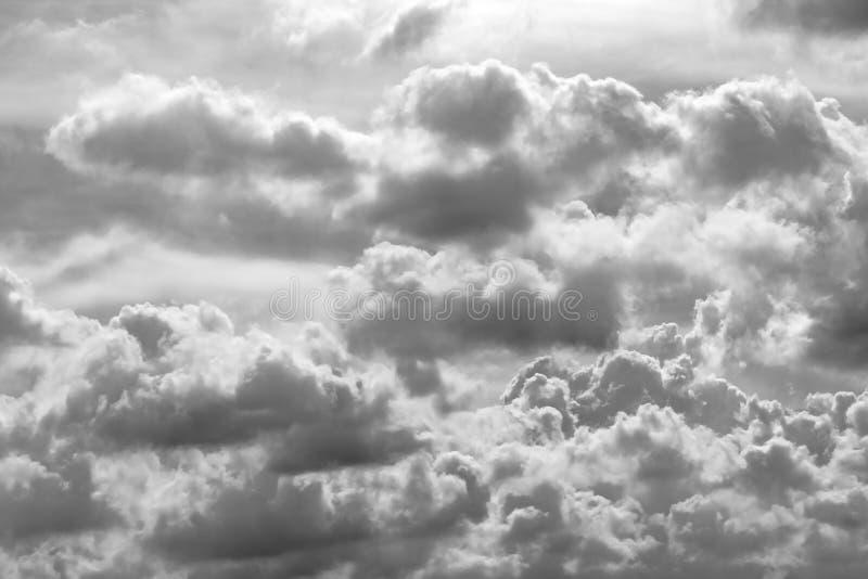 Grijze en witte wolken abstracte achtergrond Droevige, dode, hopeloze, en wanhoopsachtergrond Donder en onweersconcept Grijze hem stock foto