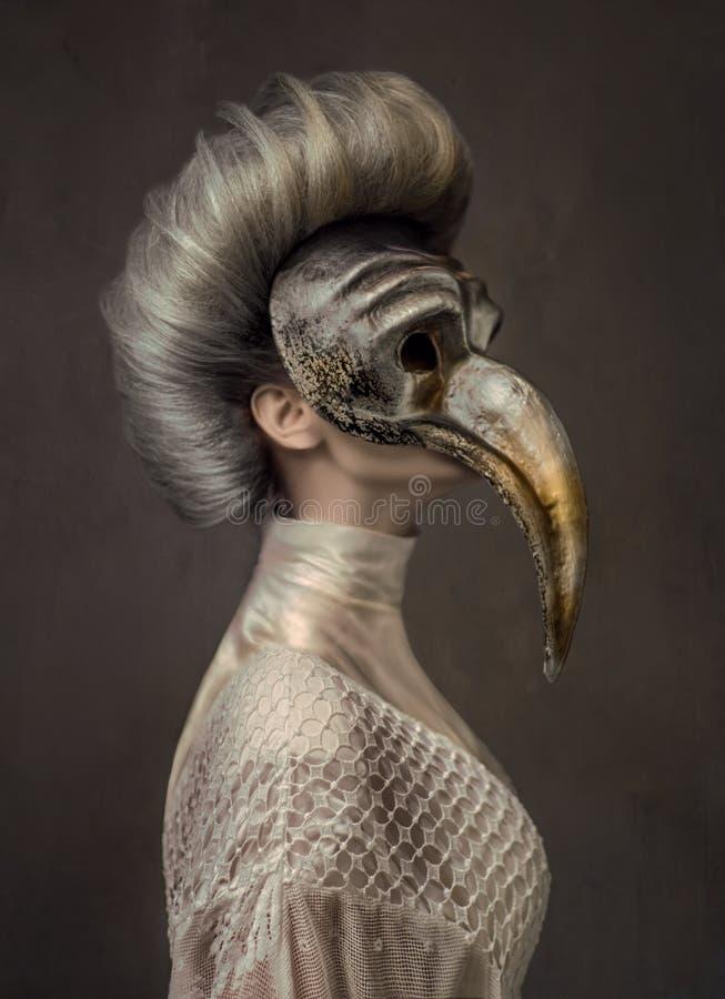 Grijze haired vrouw in witte kleding stock fotografie