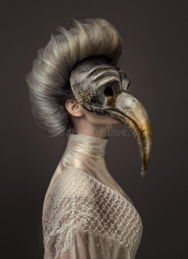 Grijze haired vrouw in witte kleding en Venetiaans masker stock fotografie
