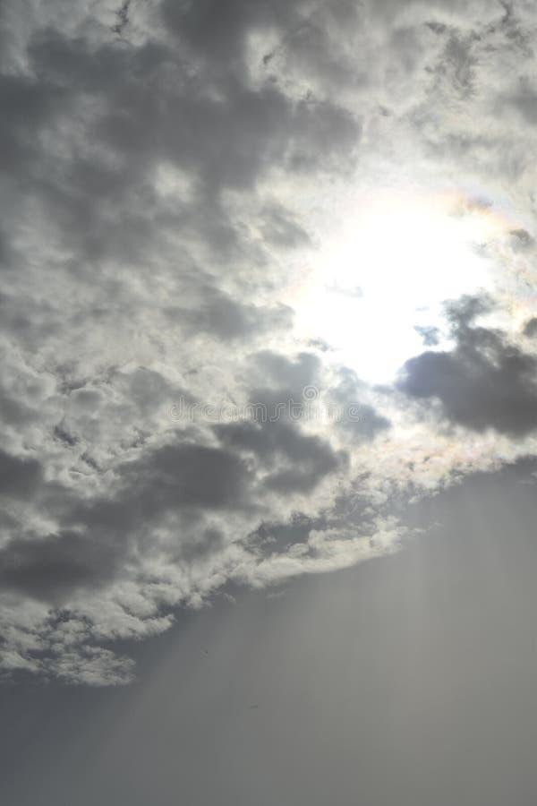 Grijze hemel met witte wolken royalty-vrije stock foto