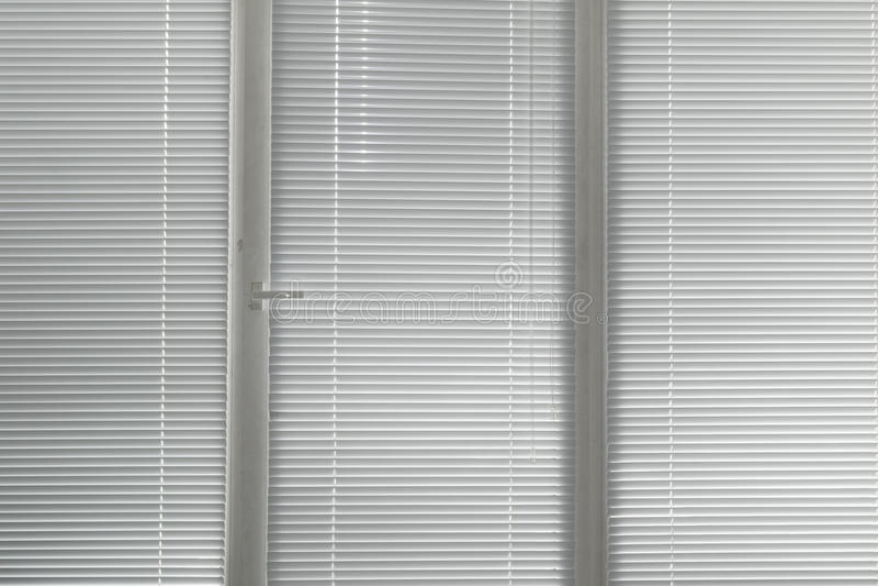 Grijze horizontale jaloezie in venster stock foto's