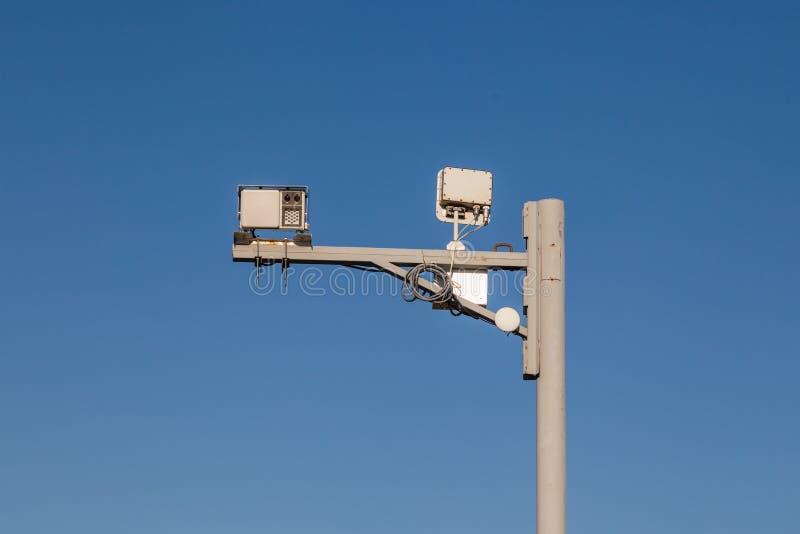 Grijze ijzerpijler met toezichtcamera's en snelheidscontrole  stock foto's