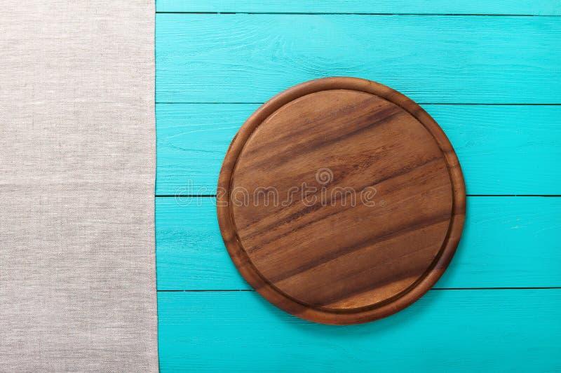 Grijze linnentextuur op blauwe houten achtergrond Hoogste mening en exemplaarruimte Spot omhoog royalty-vrije stock afbeeldingen