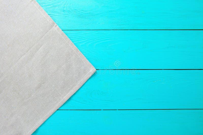Grijze linnentextuur op blauwe houten achtergrond Hoogste mening en exemplaarruimte Spot omhoog royalty-vrije stock fotografie