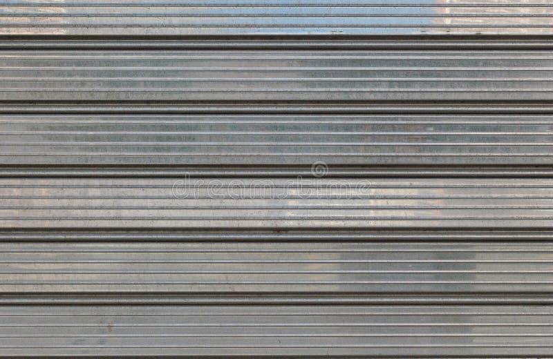 Grijze metaalgaragedeur voor achtergronden, poetsmiddel royalty-vrije stock fotografie