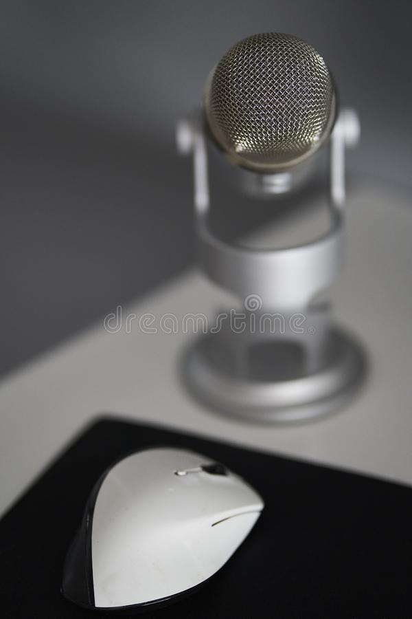 Grijze microfoon in een witte lijst stock afbeeldingen