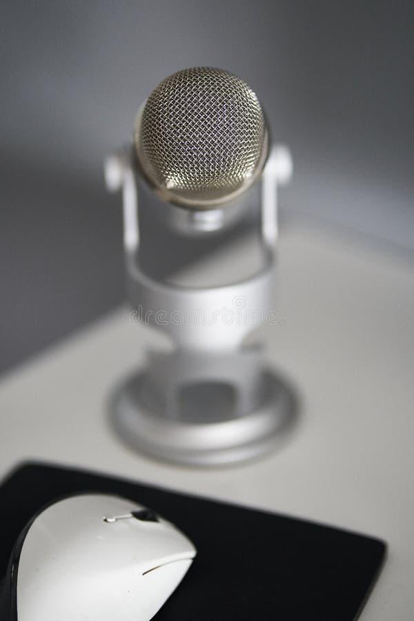Grijze microfoon in een witte lijst royalty-vrije stock afbeelding