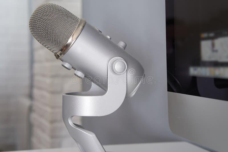 Grijze microfoon in een witte lijst stock foto's