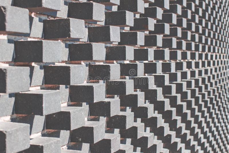 Grijze moderne architectuurachtergrond met grijze convexe kubussen op de muur royalty-vrije stock foto's
