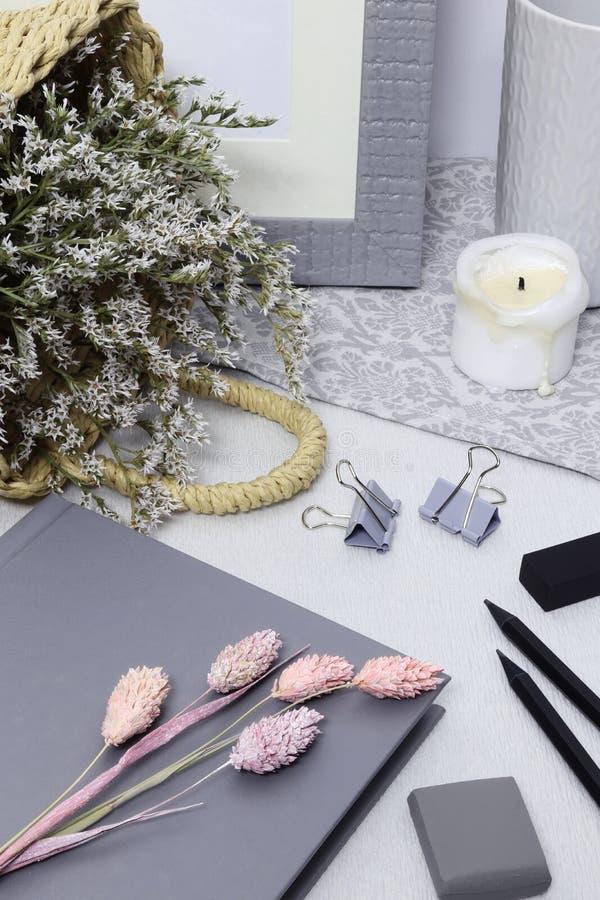 Grijze nota met kader, witte bloemen en potloden royalty-vrije stock afbeeldingen