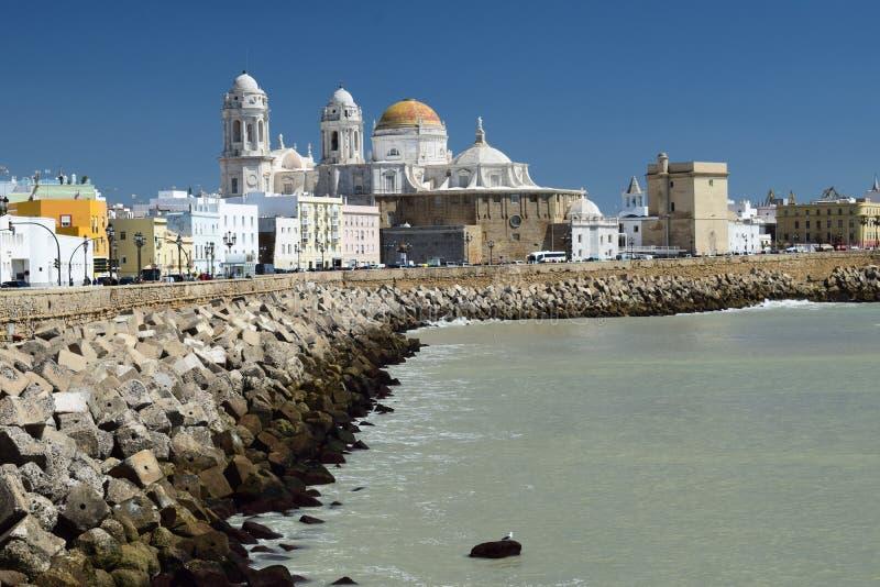 Grijze oceaan dichtbij de Kathedraal van Cadiz, Spanje royalty-vrije stock foto
