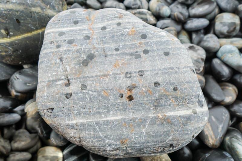 Grijze steen op kiezelsteenhoop royalty-vrije stock afbeeldingen