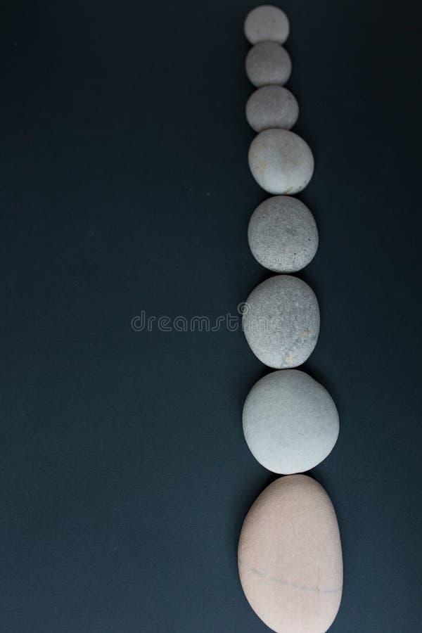 Grijze stenen met witte kaars en grijze achtergrond royalty-vrije stock foto's