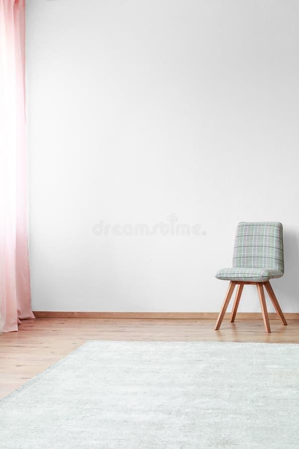 Grijze stoel in helder binnenland stock foto's