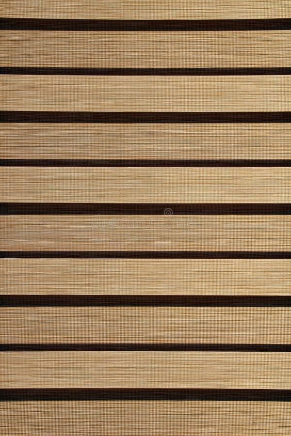 Grijze stroken van jaloezie in horizontale positie inzake venster stock foto
