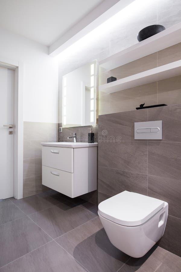 Grijze tegels in badkamers stock afbeelding. Afbeelding bestaande ...