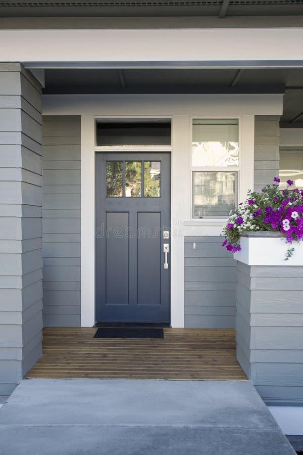 Grijze voordeur van een huis royalty-vrije stock afbeelding