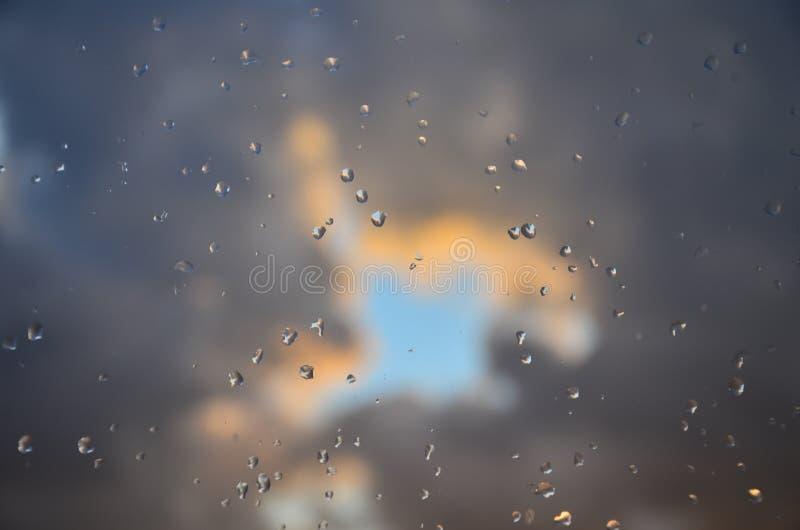Grijze wolken en dalingen stock foto