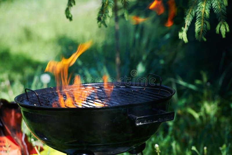 Gril brûlant avec de grandes flammes du feu photo stock