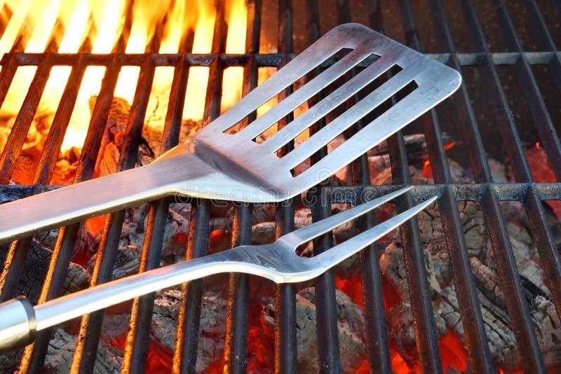 Gril chaud de charbon de bois avec des outils de BBQ images stock