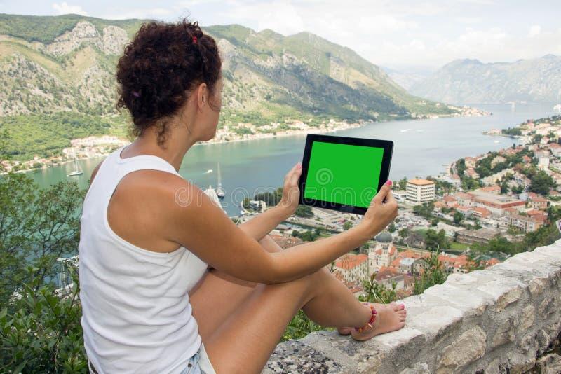 Gril con il computer della compressa con lo schermo verde fotografia stock libera da diritti