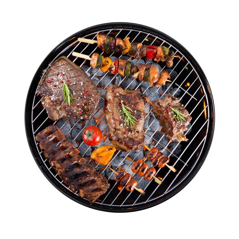 Gril de barbecue avec de la viande sur le fond blanc photos libres de droits